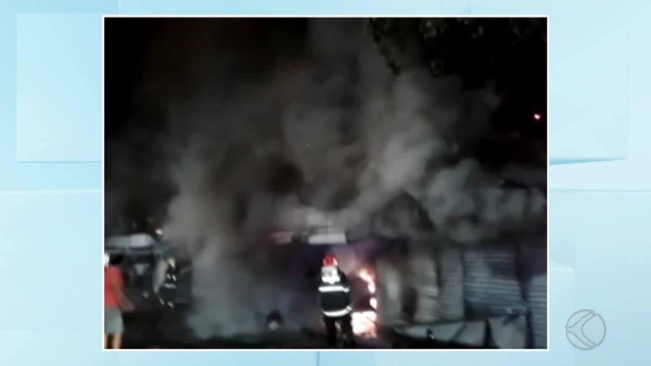 Incêndio destrói lojas em camelódromo em Muriaé