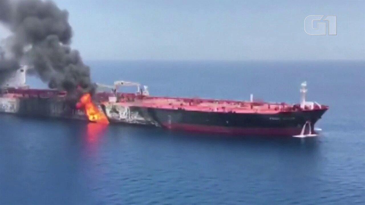 Veja o momento em que uma bomba foi retirada do navio após explosões