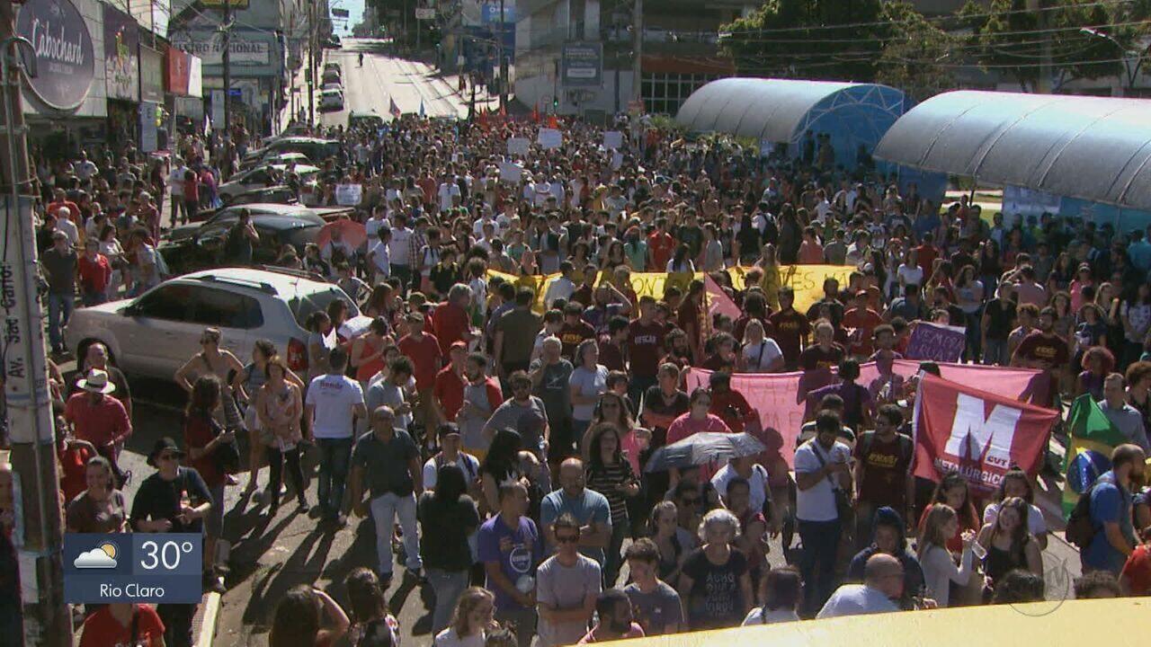 Manifestantes protestam contra cortes na educação e reforma da previdência em São Carlos