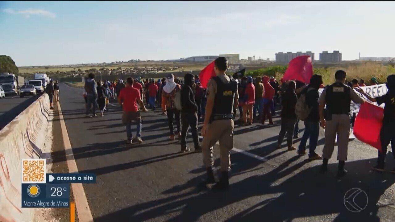 Categorias em Uberlândia protestam contra cortes na educação e reforma da Previdência