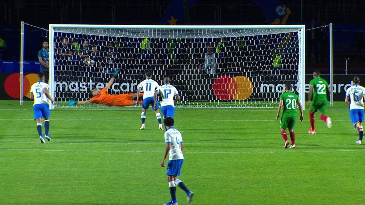 Gol do Brasil! Coutinho marca de pênalti após consulta ao VAR, aos 4' do 2ºT