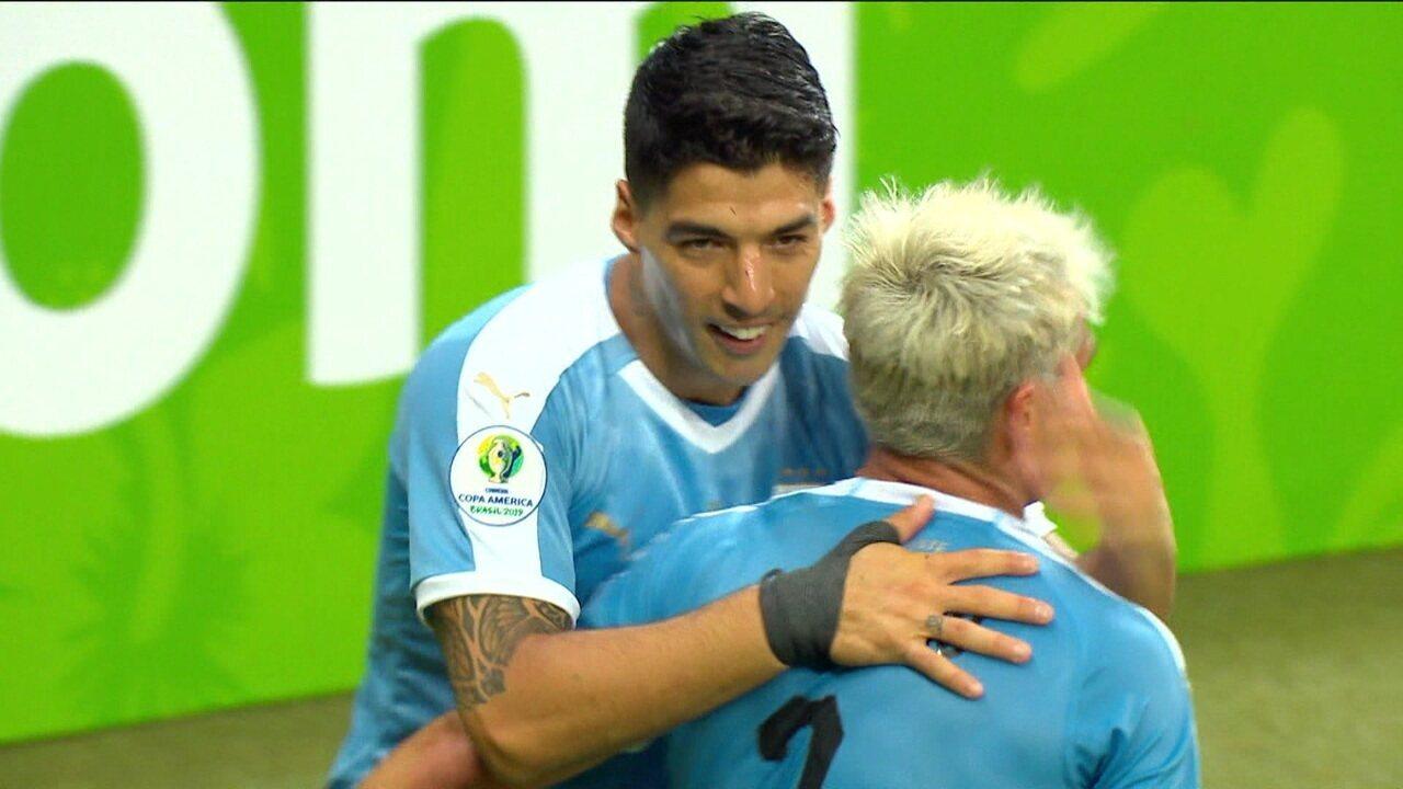 Gol do Uruguai! Cáceres desvia, e Suárez completa de primeira para ampliar aos 43 do 1º tempo