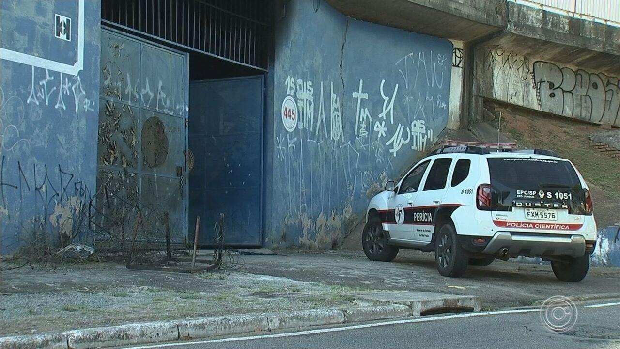 Viaduto que passa por cima de quadra da escola de samba que pegou fogo é vistoriado