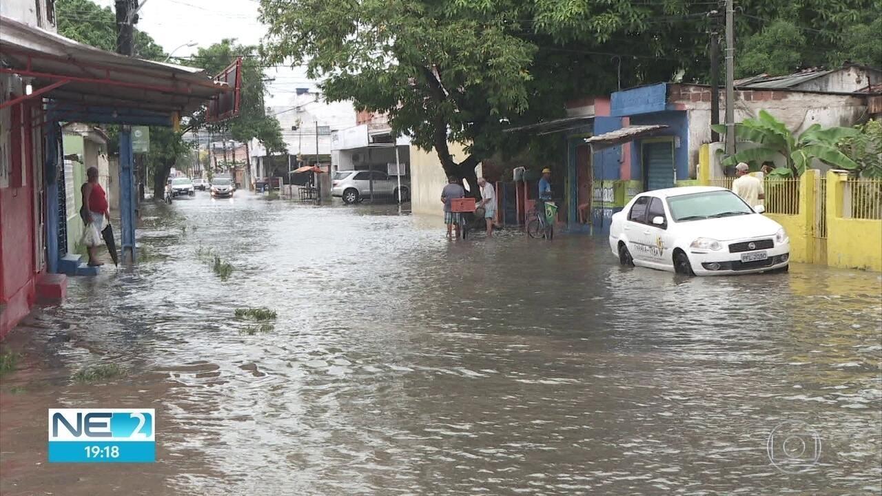Chuva provoca transtornos no Recife principalmente em horários de maré alta