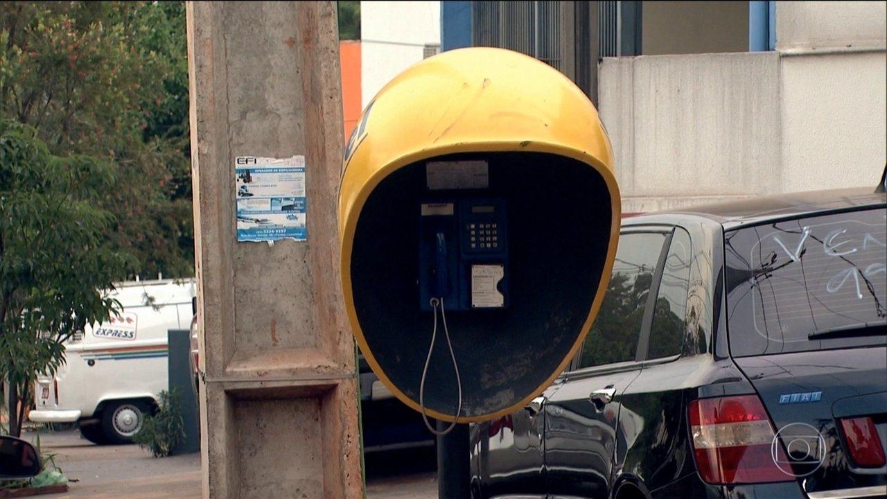 Os telefones públicos estão praticamente desaparecendo das ruas brasileiras