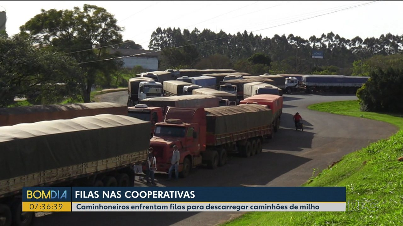 Caminhões fazem fila pra descarregar safra recorde de milho