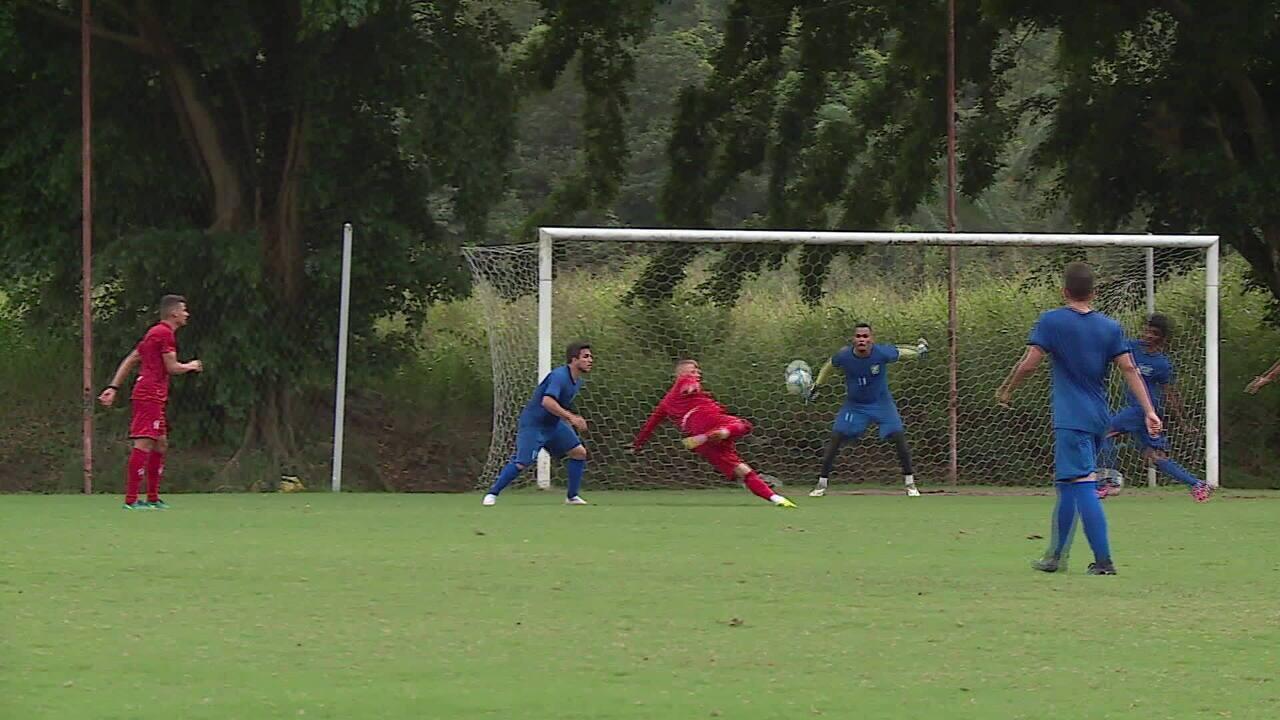 Rafael Oliveira faz bela jogada que resulta em gol de Fábio em jogo-treino do Náutico