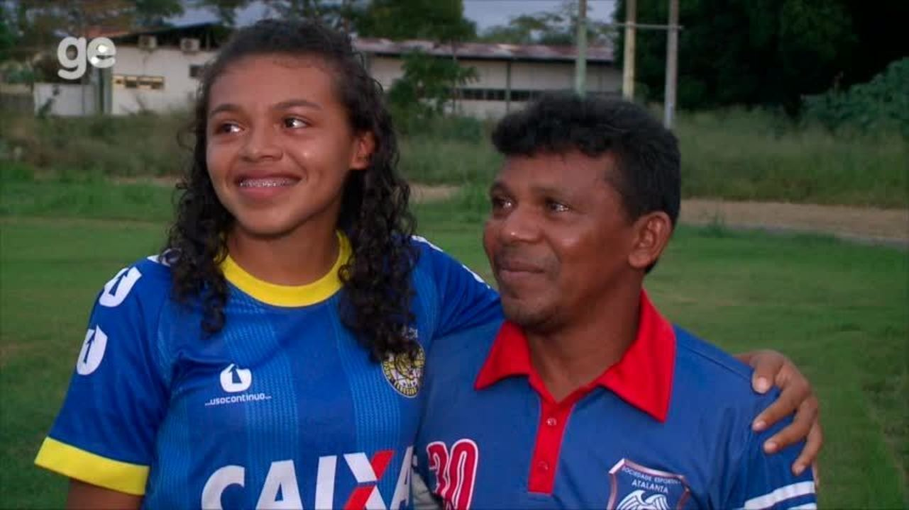Pai se emociona com entrevista da filha após contrato com Iranduba