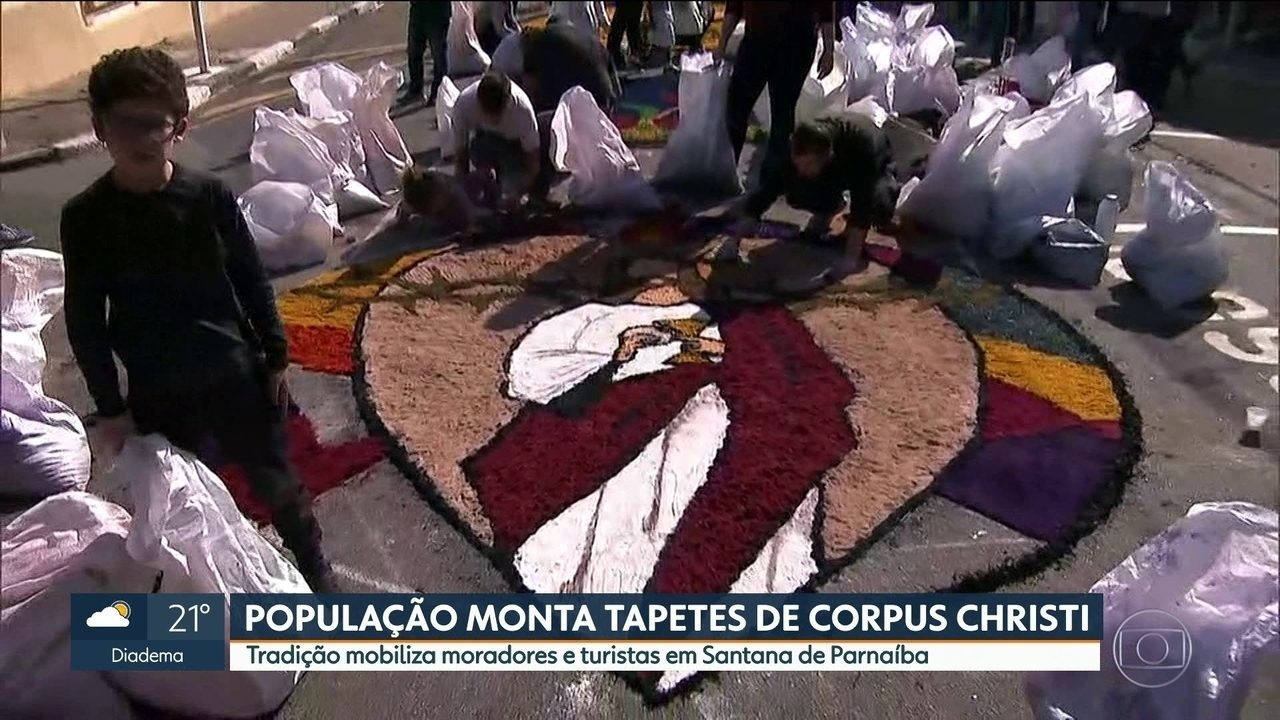Fiés montam tapetes de Corpus Christi em Santana de Parnaíba