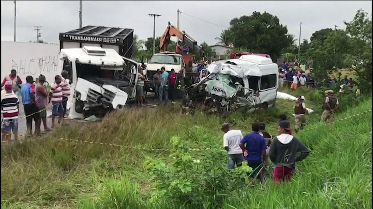 Resultado de imagem para Colisão entre van e ônibus deixa oito mortos na BA-502