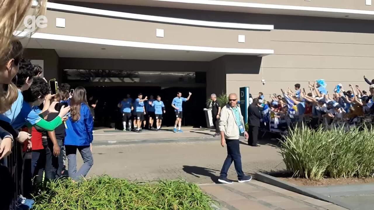 Jogadores do Uruguai saúdam os fãs na porta do hotel em Porto Alegre