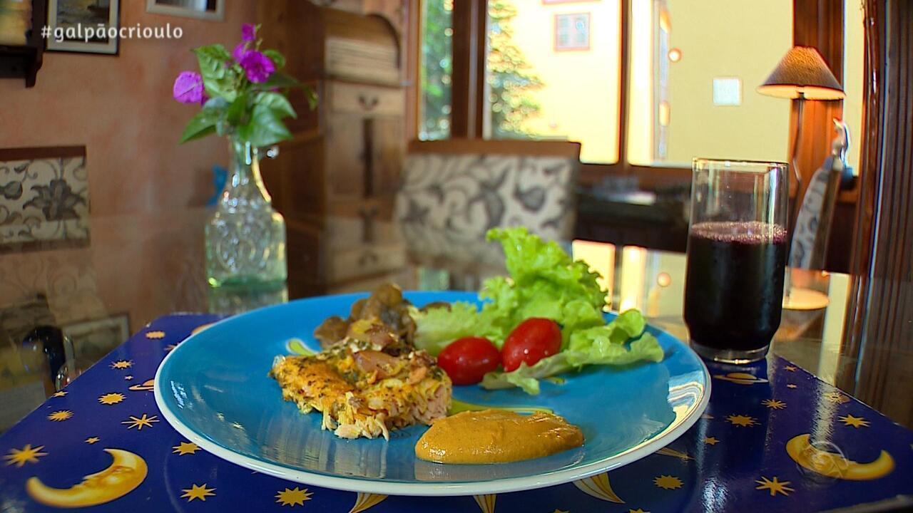 Hique Gomez faz receita de Salmão com Cogumelos e Maionese de Cenoura no Cozinha de Galpão