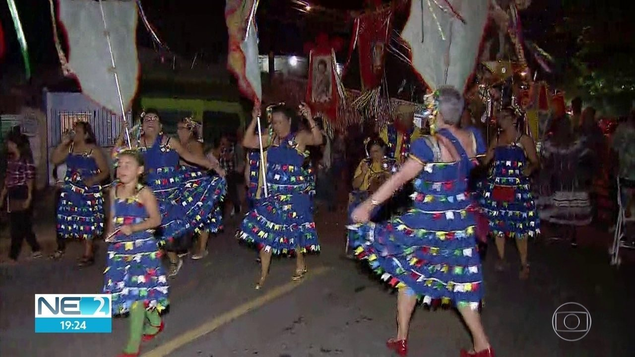 Procissão das bandeiras de santos juninos une festa e religião na Zona Norte do Recife