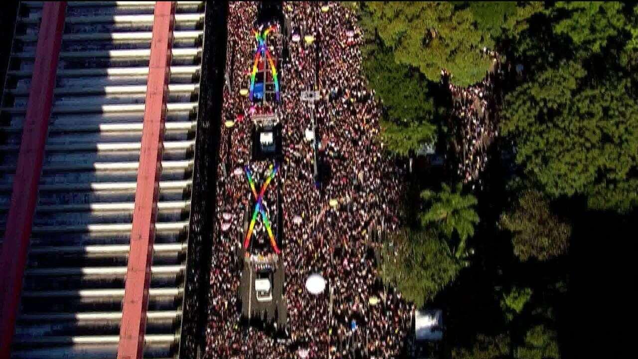Parada LGBT: imagem aérea mostra multidão tomando a Avenida Paulista