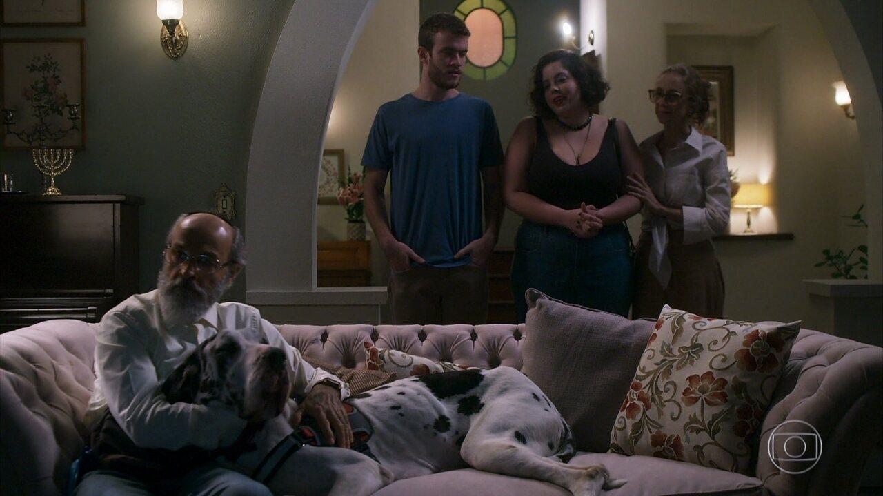Davi apresenta Cibele para Bóris, que se mostra insatisfeito com a moça