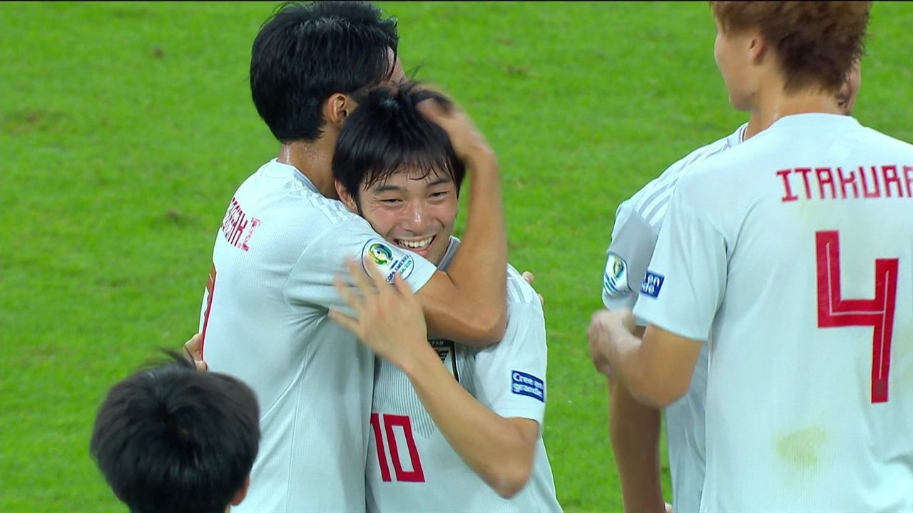 Gol do Japão! Nakajima marca, árbitro consulta VAR e dá gol, aos 14' do 1º tempo