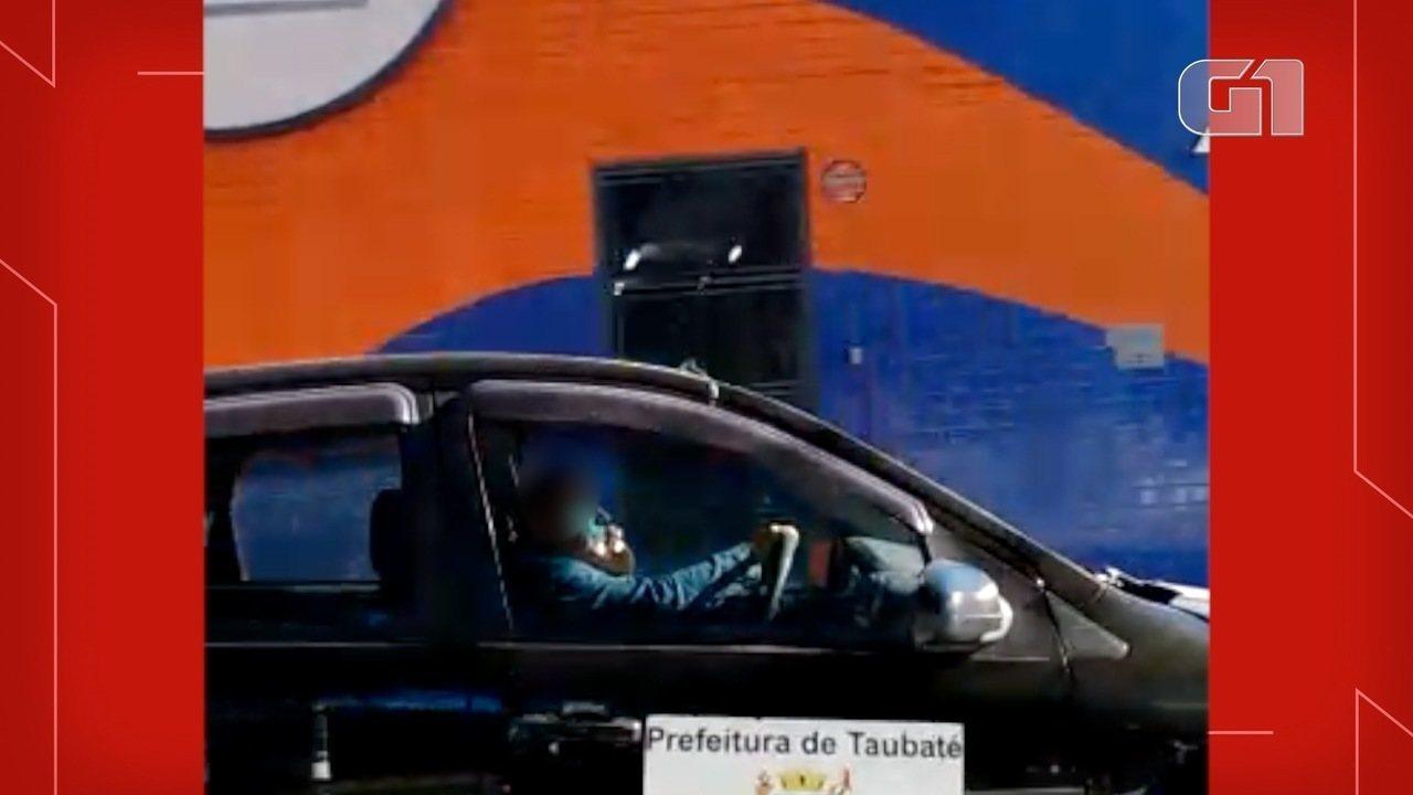Motorista fala ao telefone enquanto dirige carro da prefeitura de Taubaté
