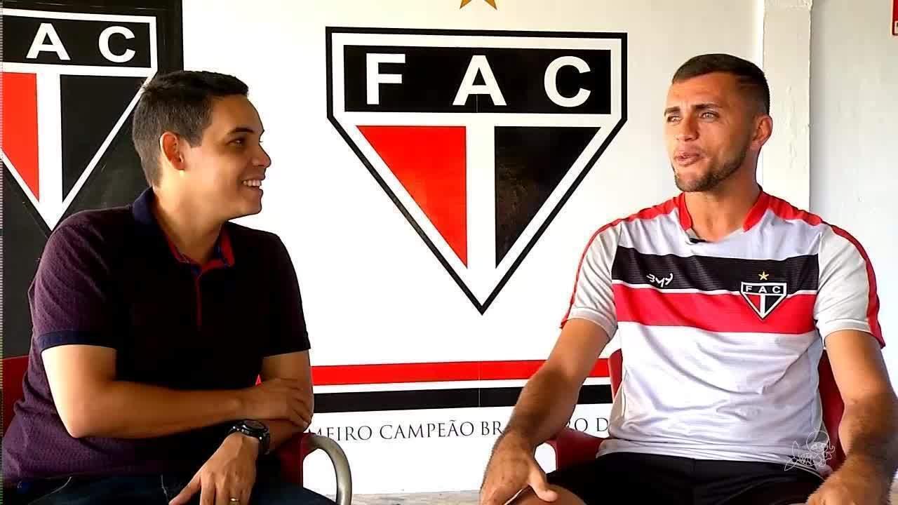 Caio Ricard conversa com o artilheiro do Brasil, o atacante Edson Cariús