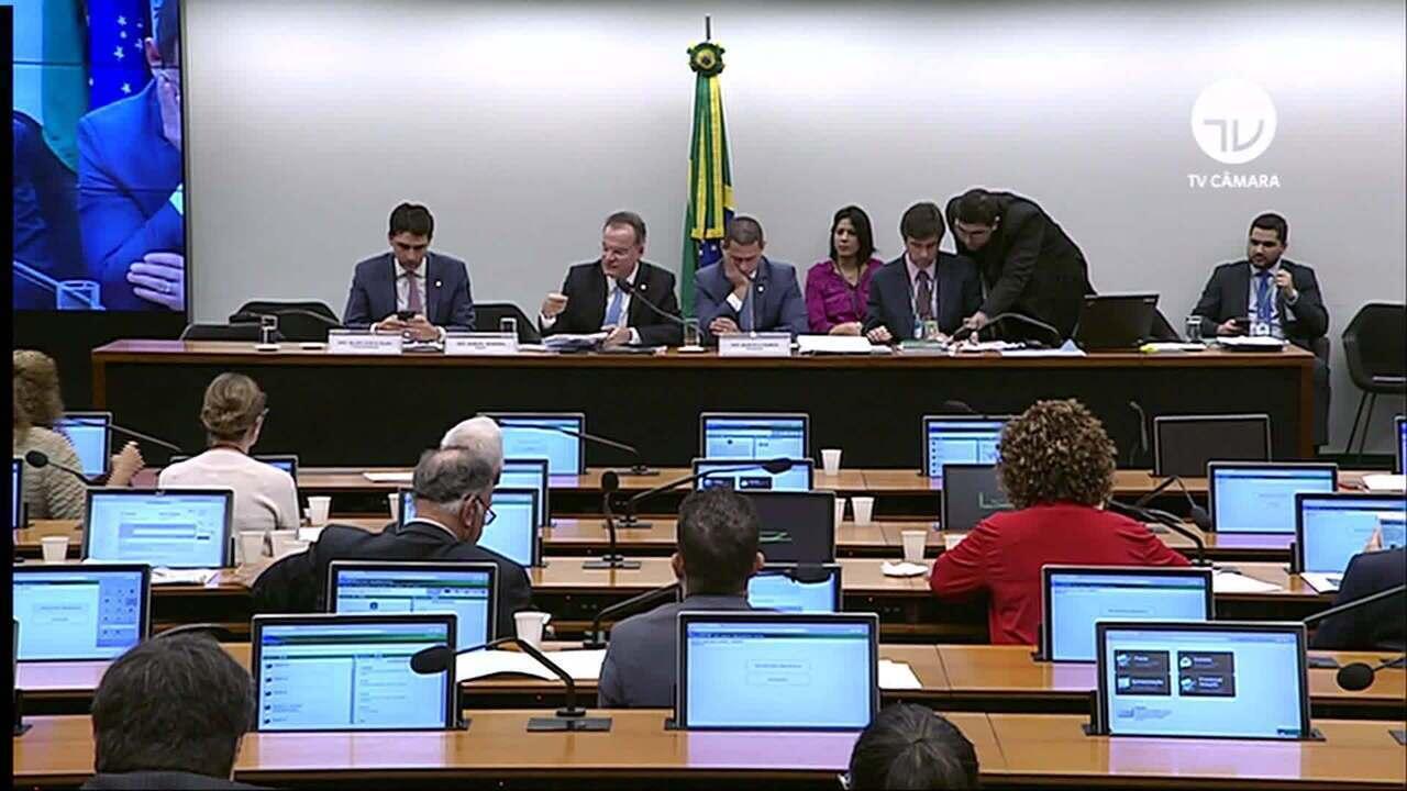 Rodrigo Maia tenta acordo para reincluir estados e municípios