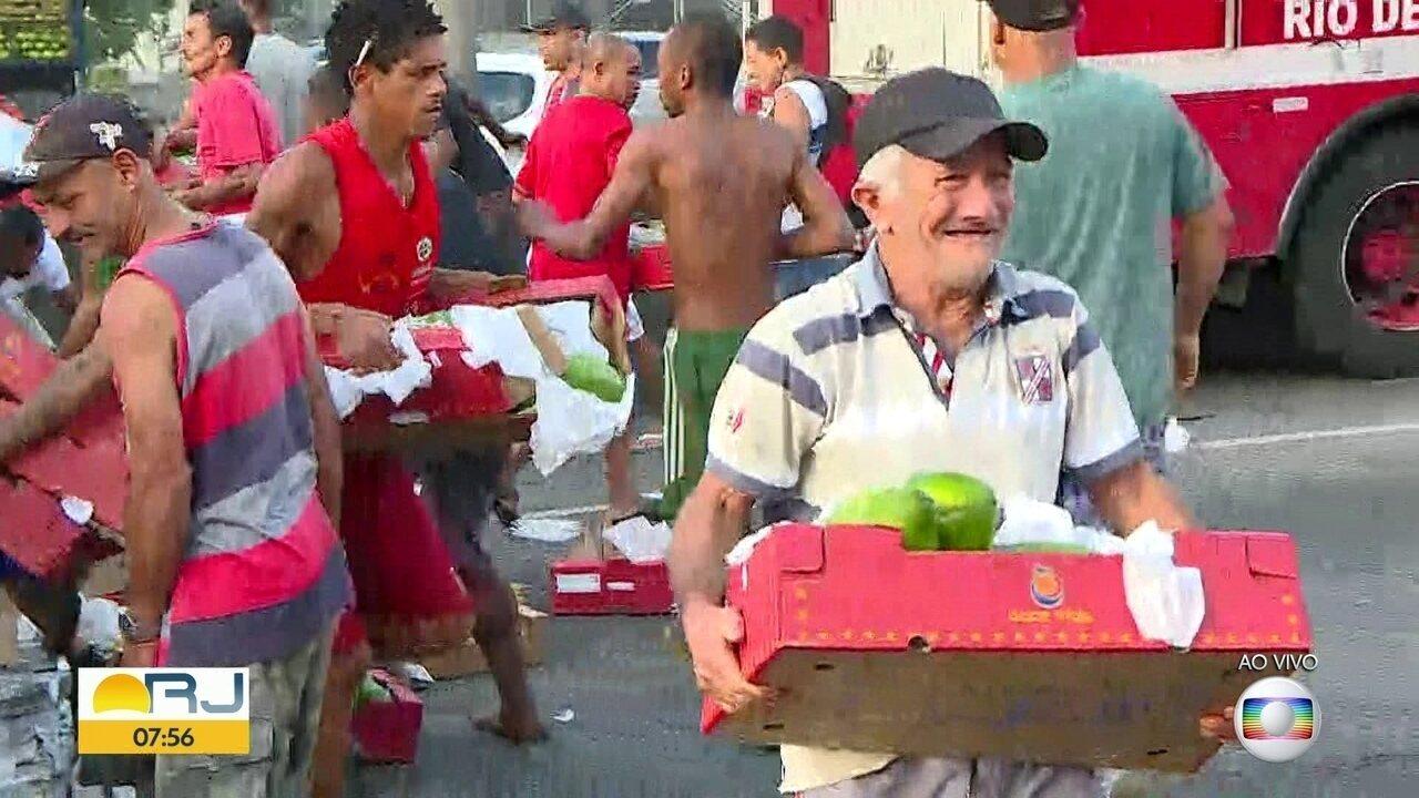 Caminhão de frutas tomba na Avenida Brasil e moradores da região carregam a mercadoria