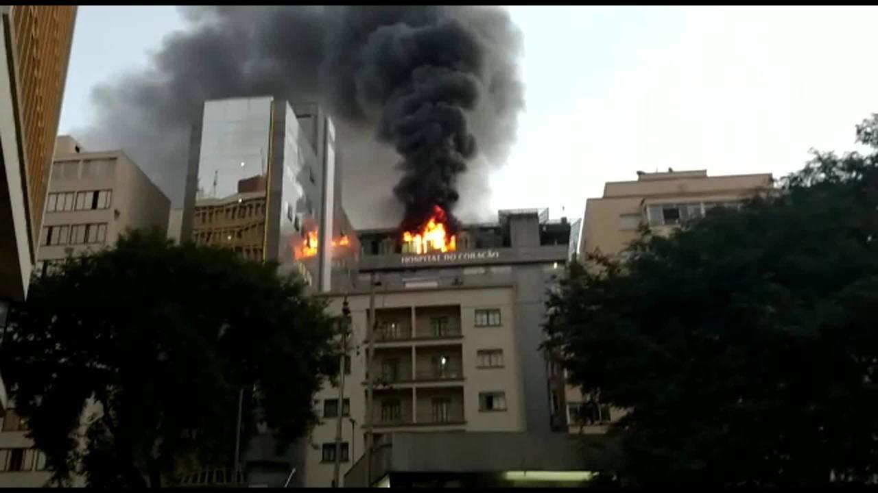 Fogo atinge topo do Hospital do Coração em São Paulo