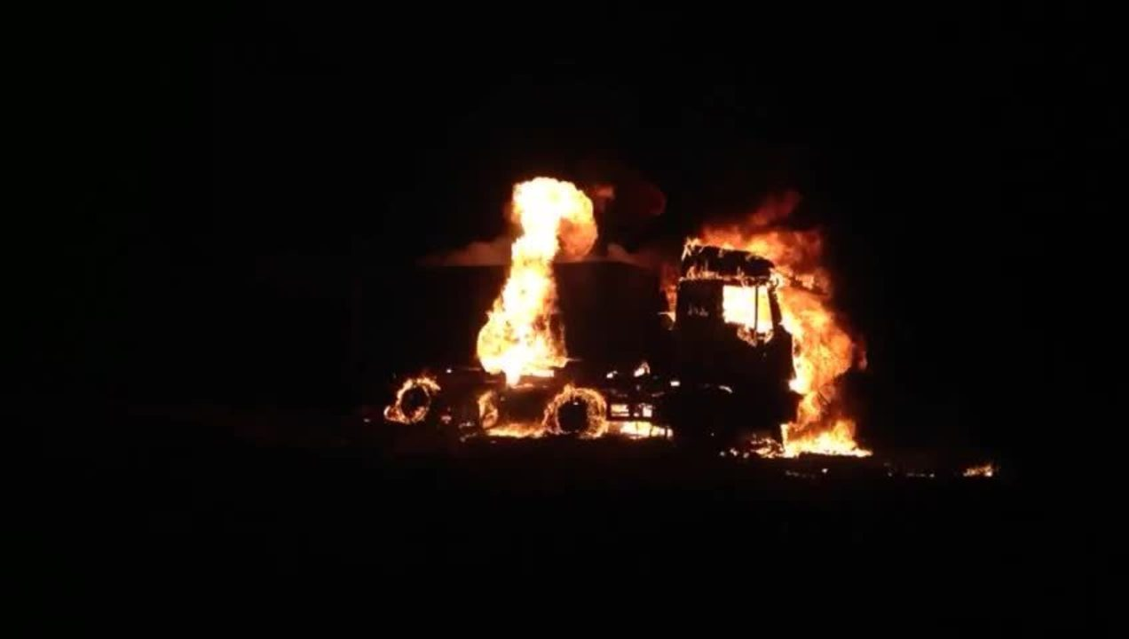 Carreta pega fogo na BR-365 entre Uberlândia e Monte Alegre de Minas