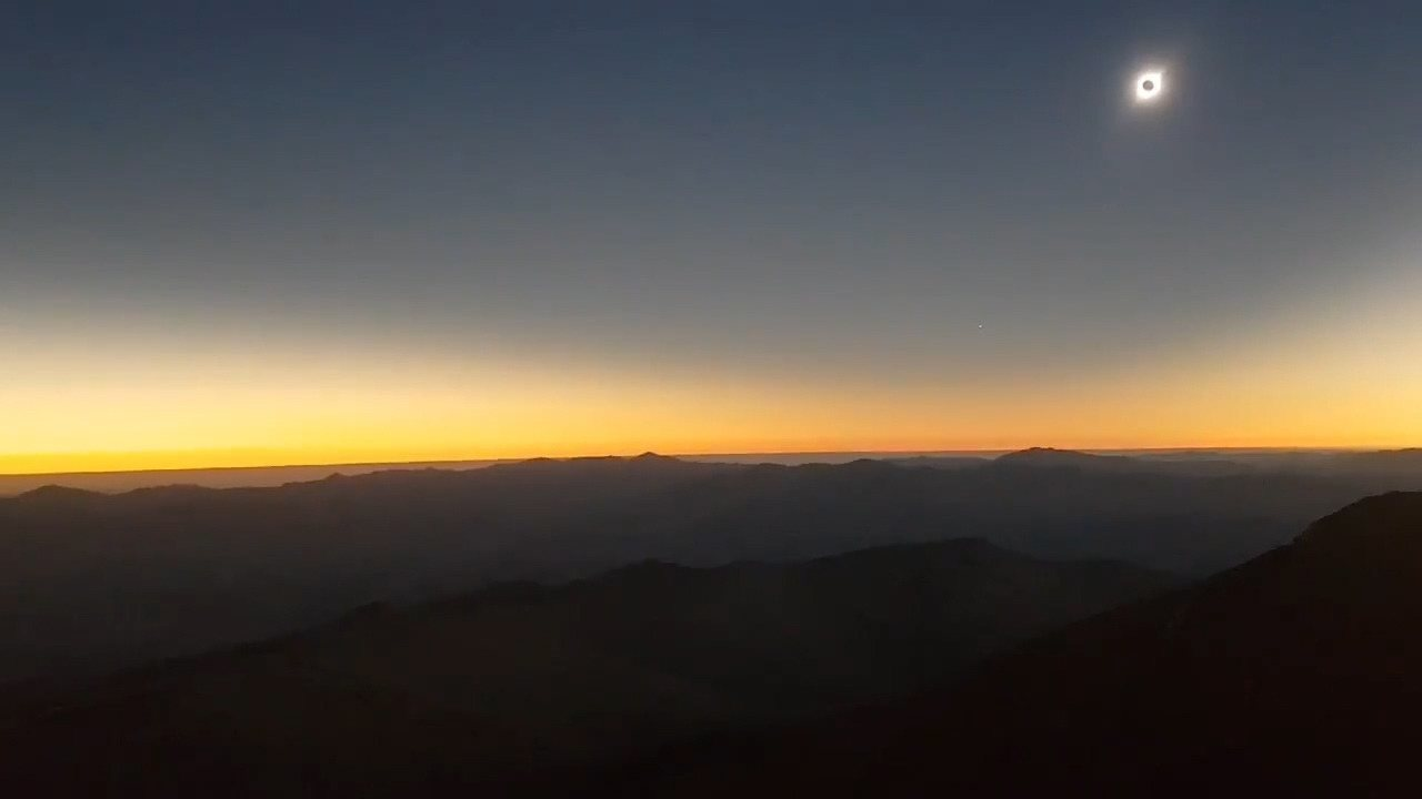 VÍDEO - Direto do Chile, a repórter Carolina Dantas mostra a reação dos visitantes do Observatório La Silla ao eclipse.