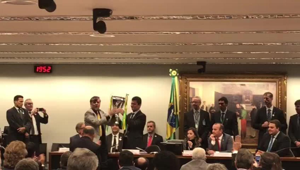 Deputado Boca Aberta entrega troféu a Moro por combate à corrupção