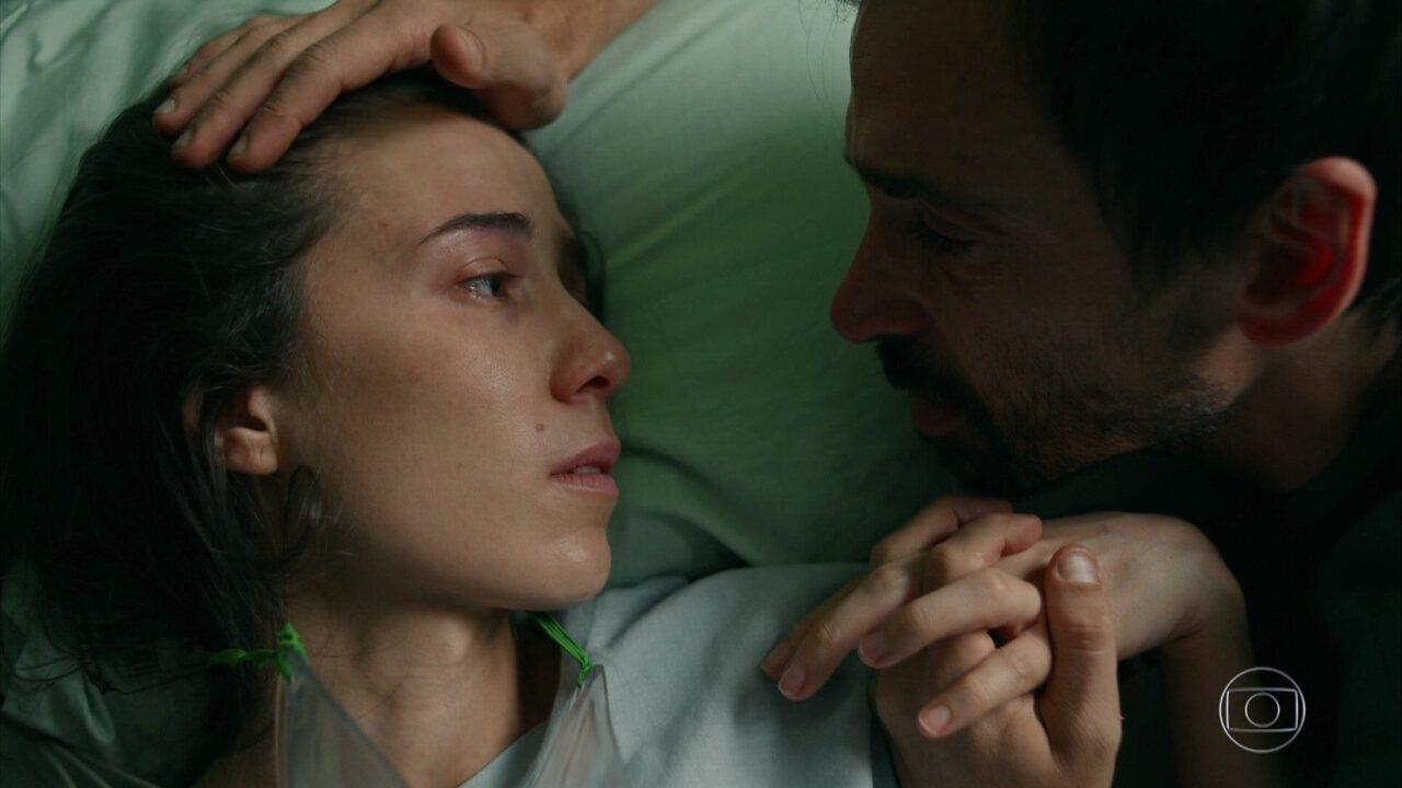 Carolina acorda e recebe declaração de Evandro