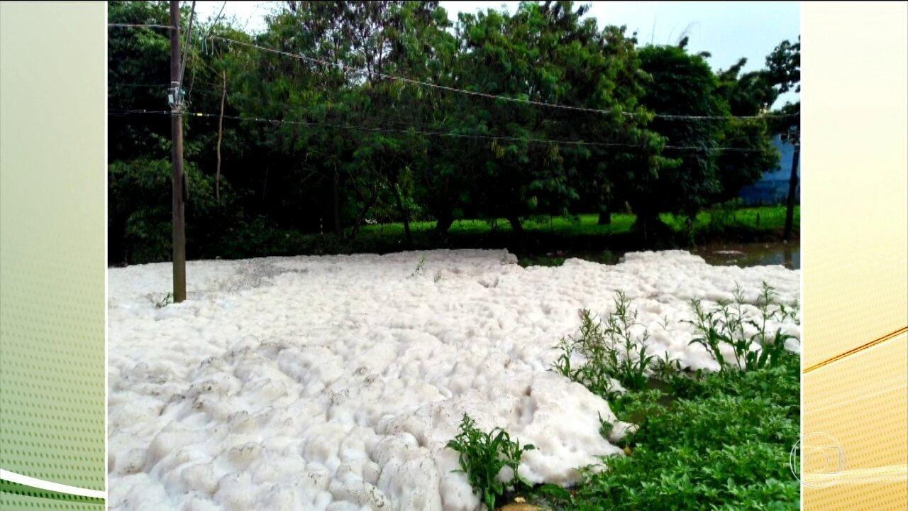 Forte chuva espalha espuma tóxica no rio Tietê, no interior de São Paulo