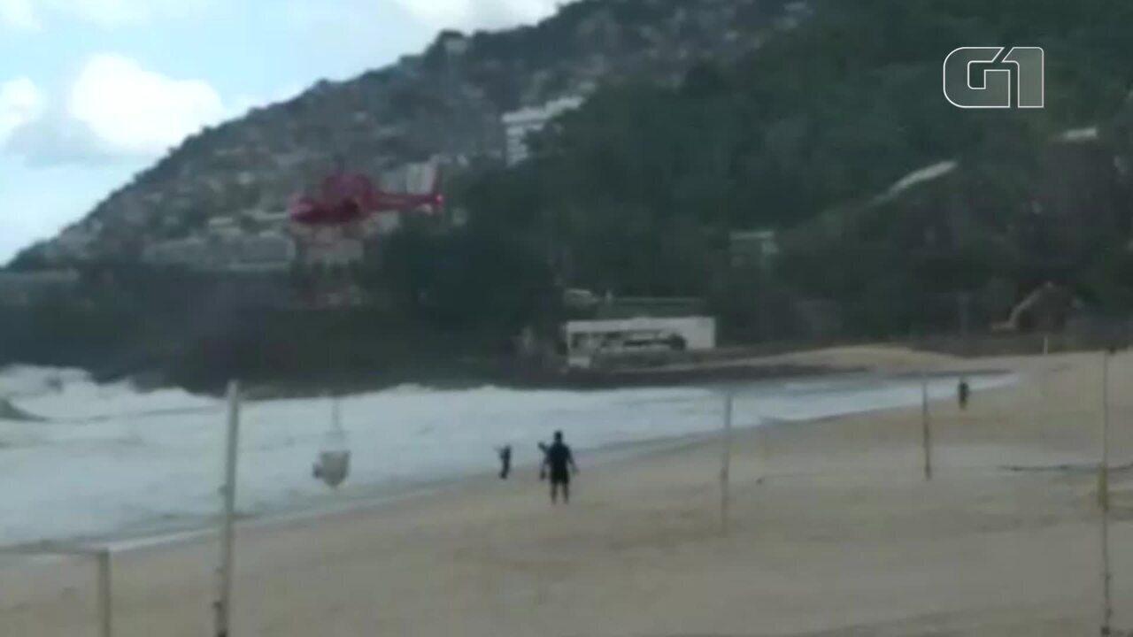 Bombeiros resgatam kitesurfista no mar do Leblon com ajuda de helicóptero