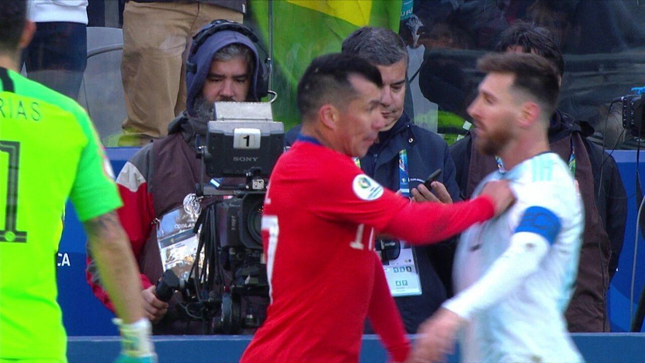 Vermelhos! Medel e Messi se estranham, juiz expulsa os dois e tempo fecha de novol