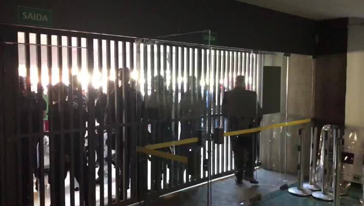 Policiais fecham porta de anexo da Câmara dos Deputados após protesto