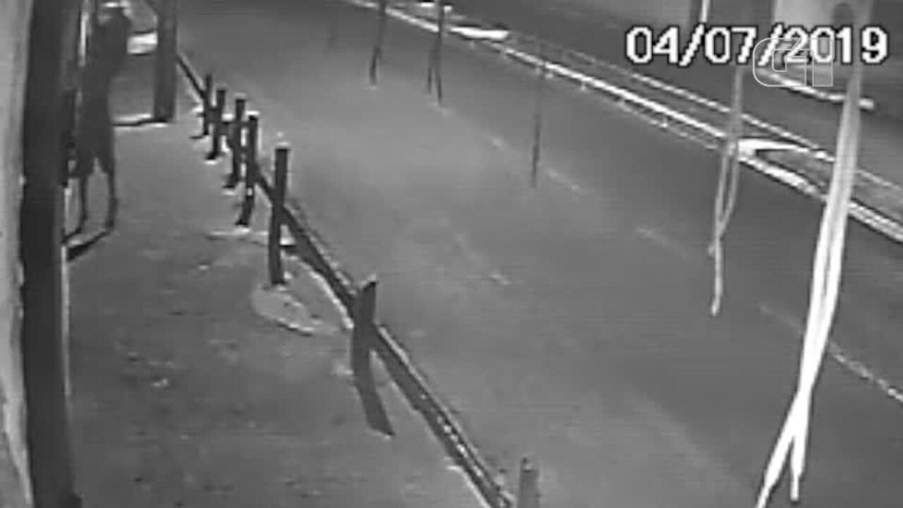 Vídeos mostram bandido escalando paredes e arrombando lojas e residências