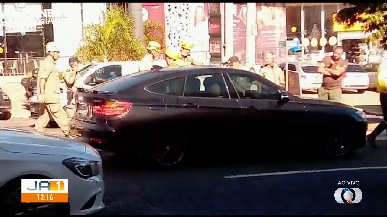 Felipe Araújo é flagrado dormindo dentro de carro no meio da avenida de Goiânia