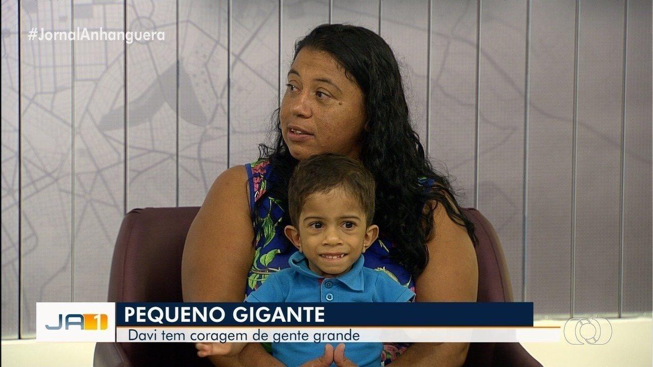 Mãe pede ajuda para filho de 4 anos que tem hidrocefalia e pesa apenas 5 kg, em Goiânia
