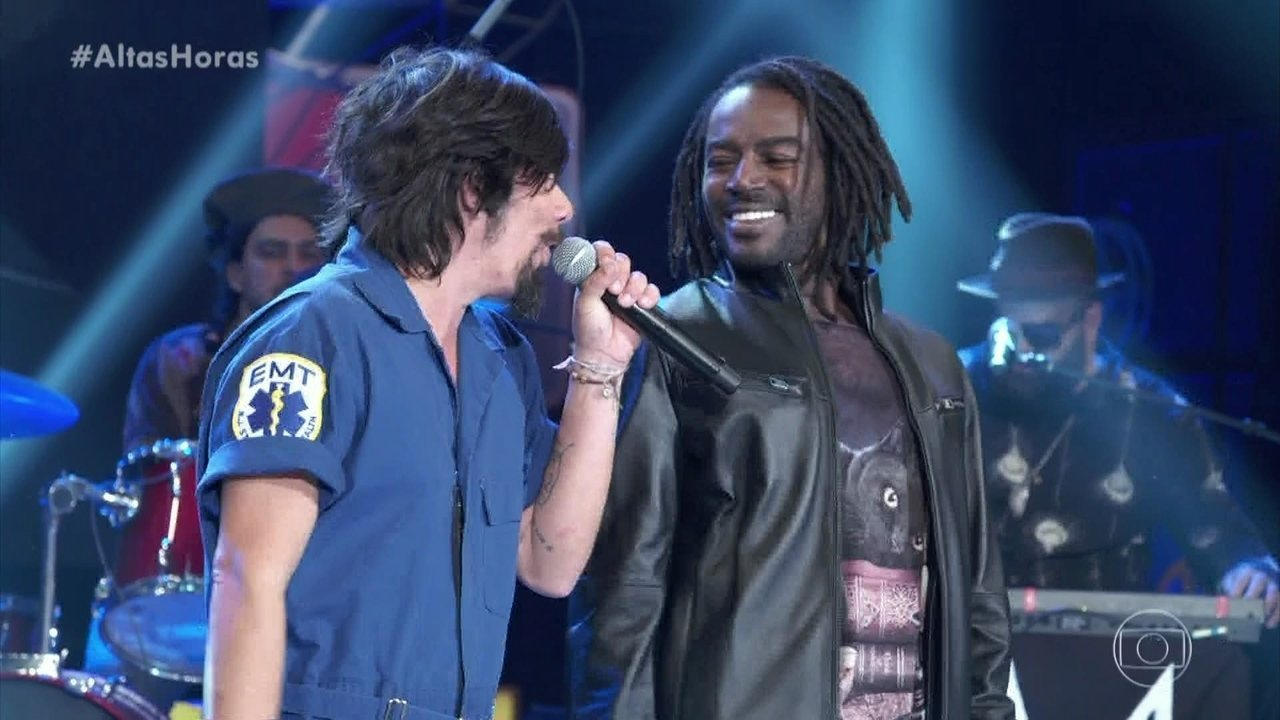 Jonathan Azevedo canta 'Negro Gato' com banda Del Rey