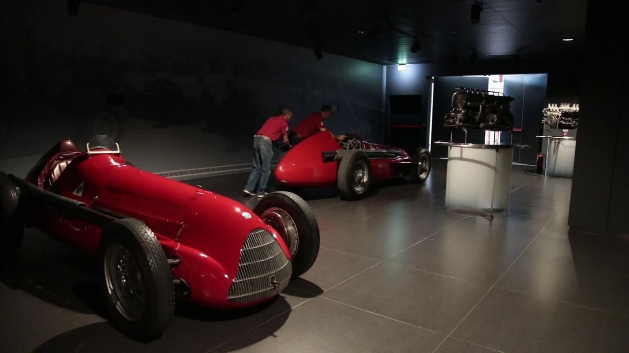 A saída da Alfetta do museu da Alfa Romeo na Itália