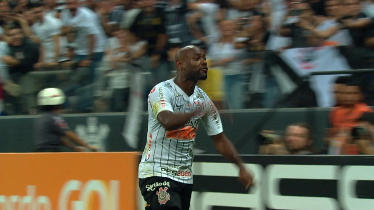 Gol do Corinthians! Vagner Love recebe de Boselli e marca aos 32 do 2º tempo