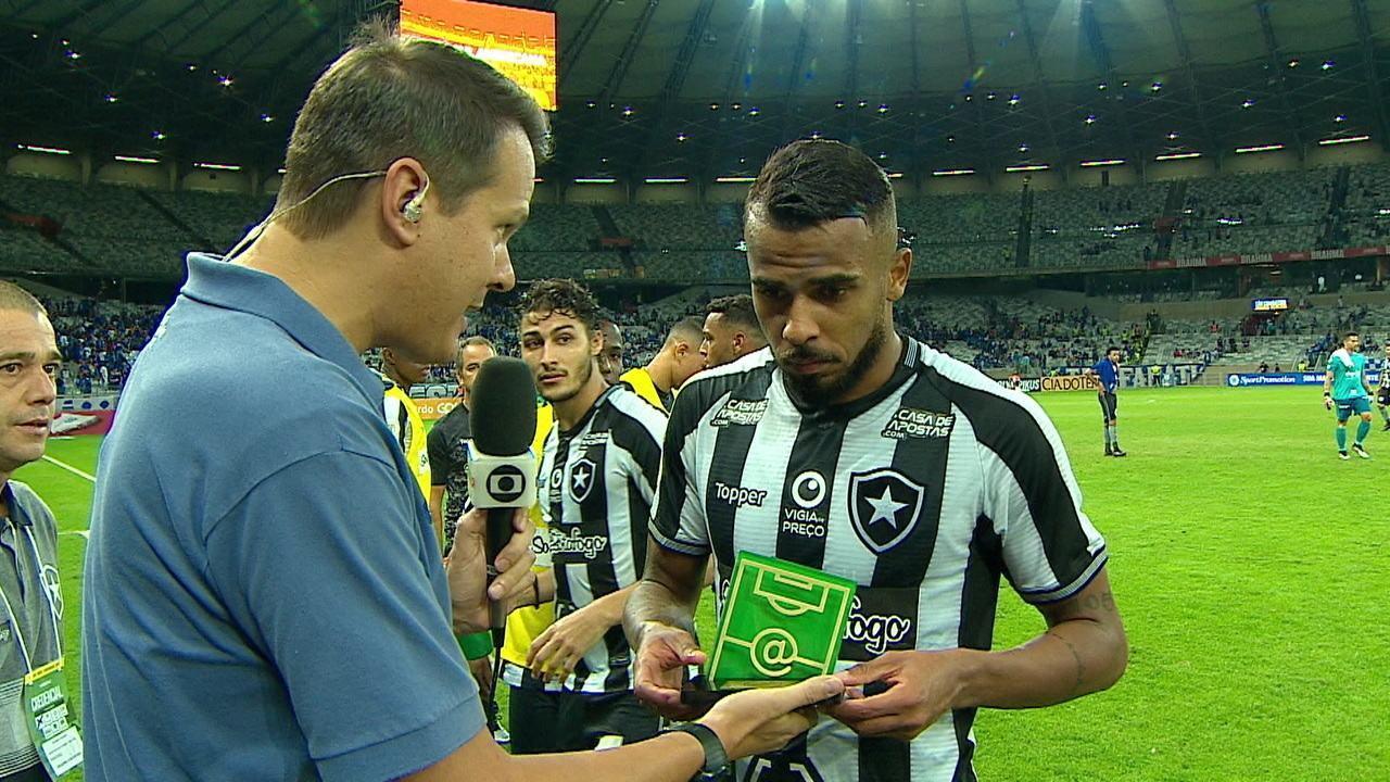 Alex Santana recebe o troféu de craque do jogo, mas não dá entrevista em forma de protesto contra o atraso de salários no Botafogo