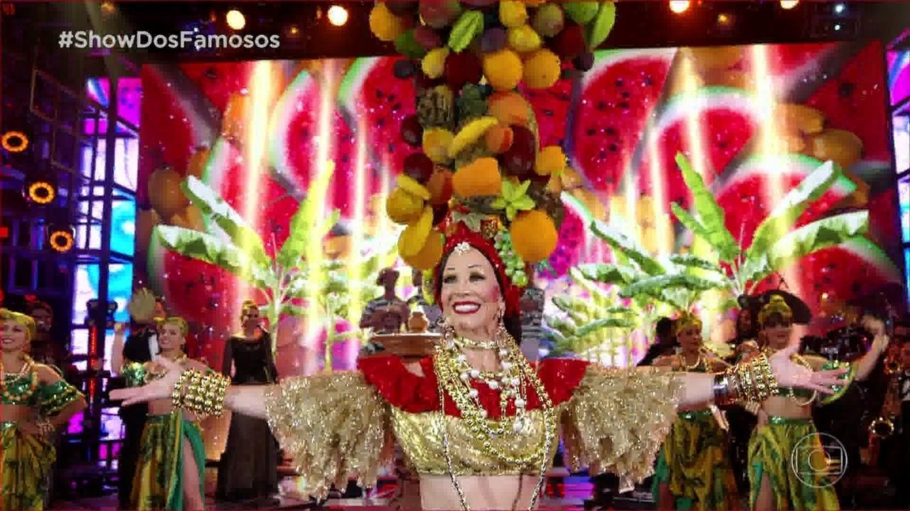 Danielle Winits homenageia Carmen Miranda no Show dos Famosos