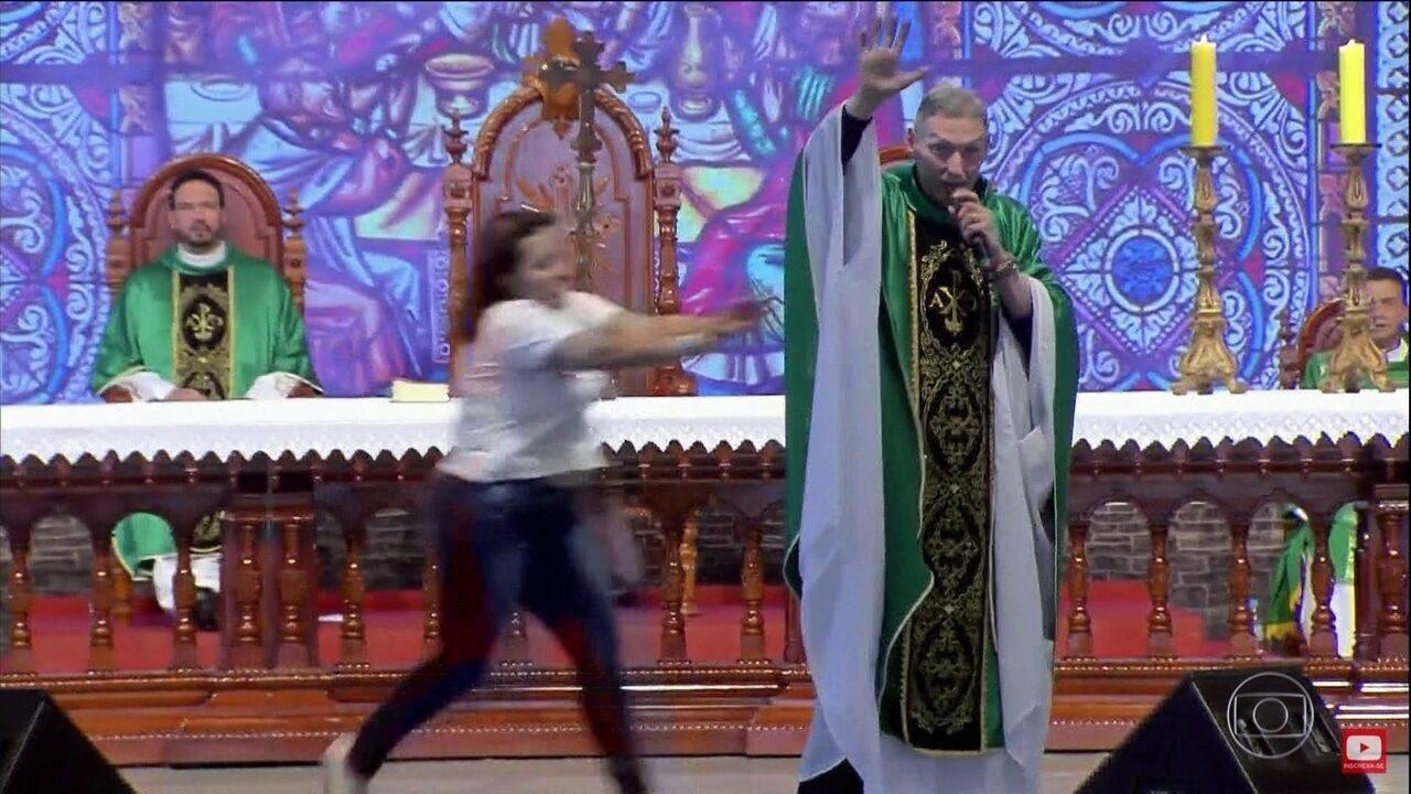 Padre Marcelo Rossi não vai registrar boletim de ocorrência contra mulher que o empurrou