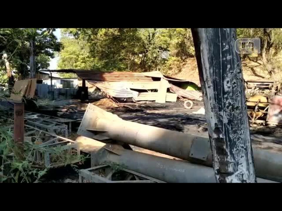 Incêndio atinge galpão usado para armazenar pneus em Ipatinga