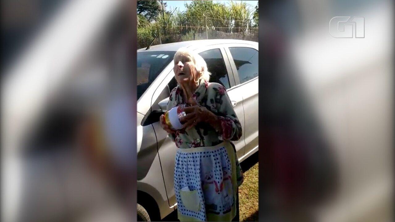 Idosa de 93 anos empina pipa e faz sucesso na internet
