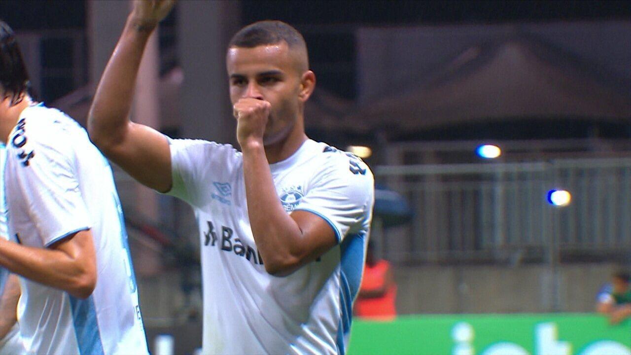 Alisson finaliza rasteiro sem chances para o goleiro Douglas e classifica o Grêmio contra o Bahia