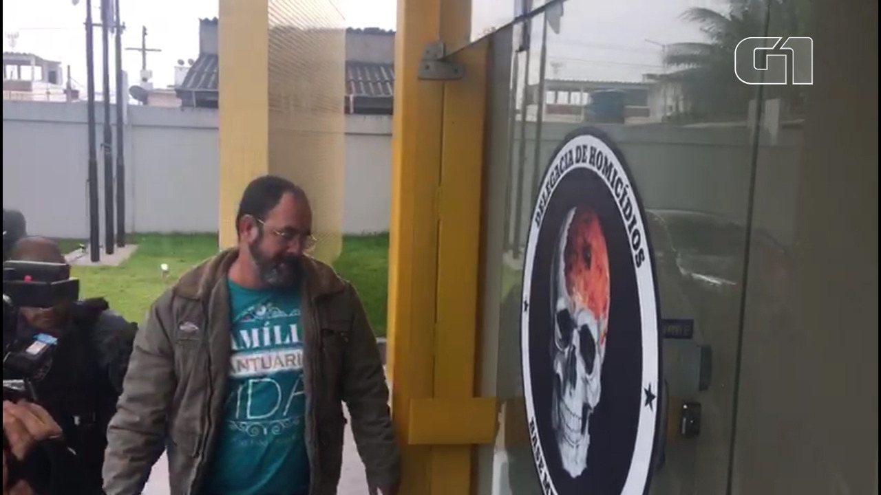 Vereador de Queimados suspeito de liderar milícia chega à delegacia