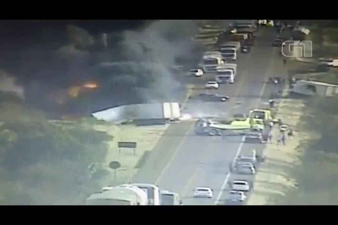 Cinco pessoas ficam feridas em acidente entre dois caminhões e três carros na BR-277