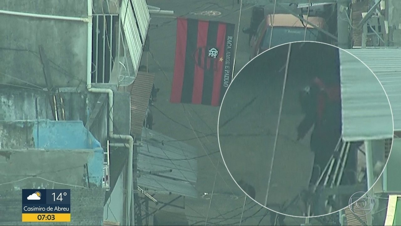Homem é flagrado com fuzil no Complexo da Maré, no Rio