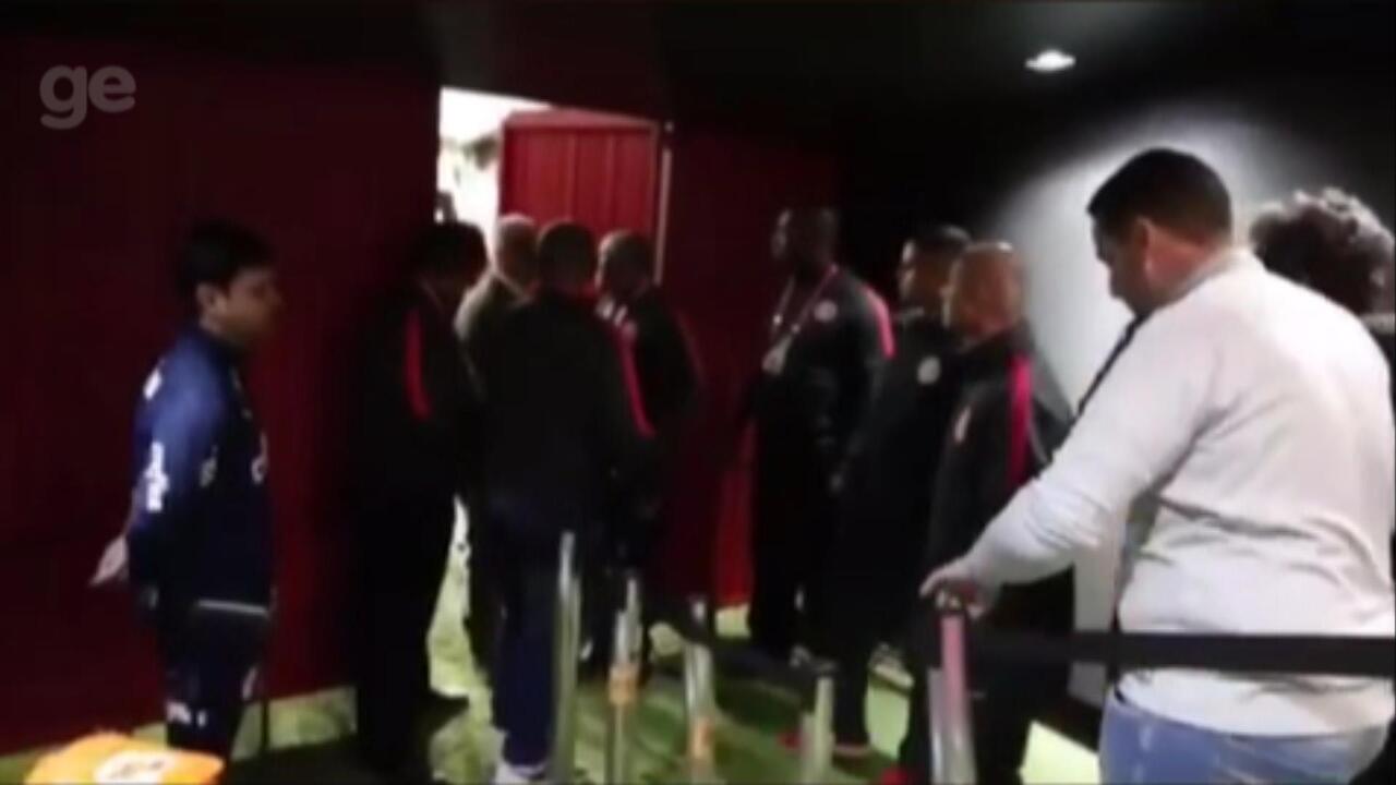 Dirigentes e funcionários do Inter xingam arbitragem e tentam entrar no gramado