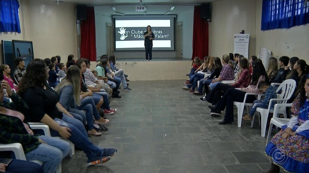 Voluntária dá aulas de libras para comunidade de Capão Bonito